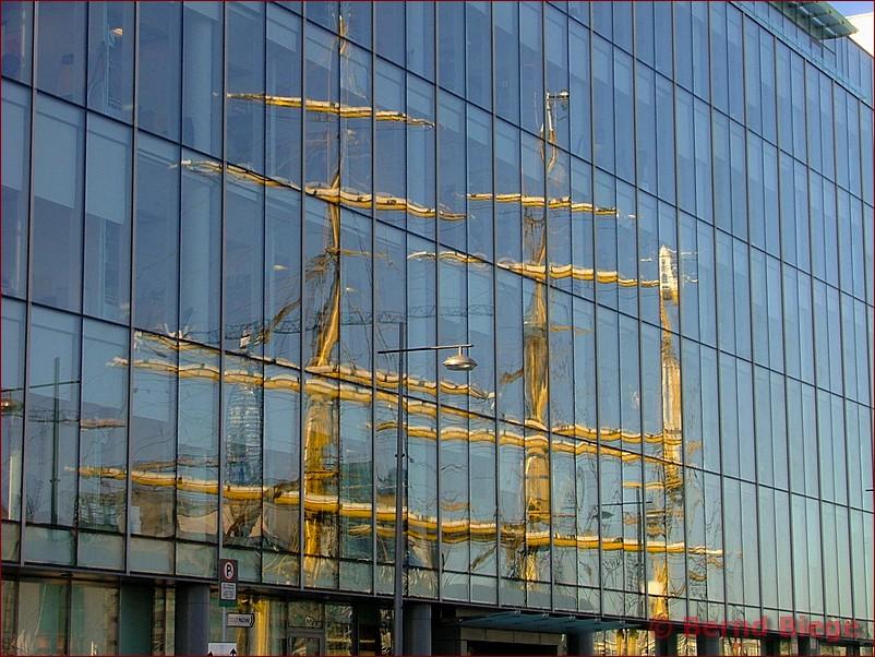 Spiegelung der Gorch Fock im Hafen Dublin - 2008